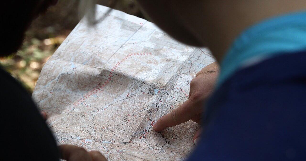 Homem apontando para mapa
