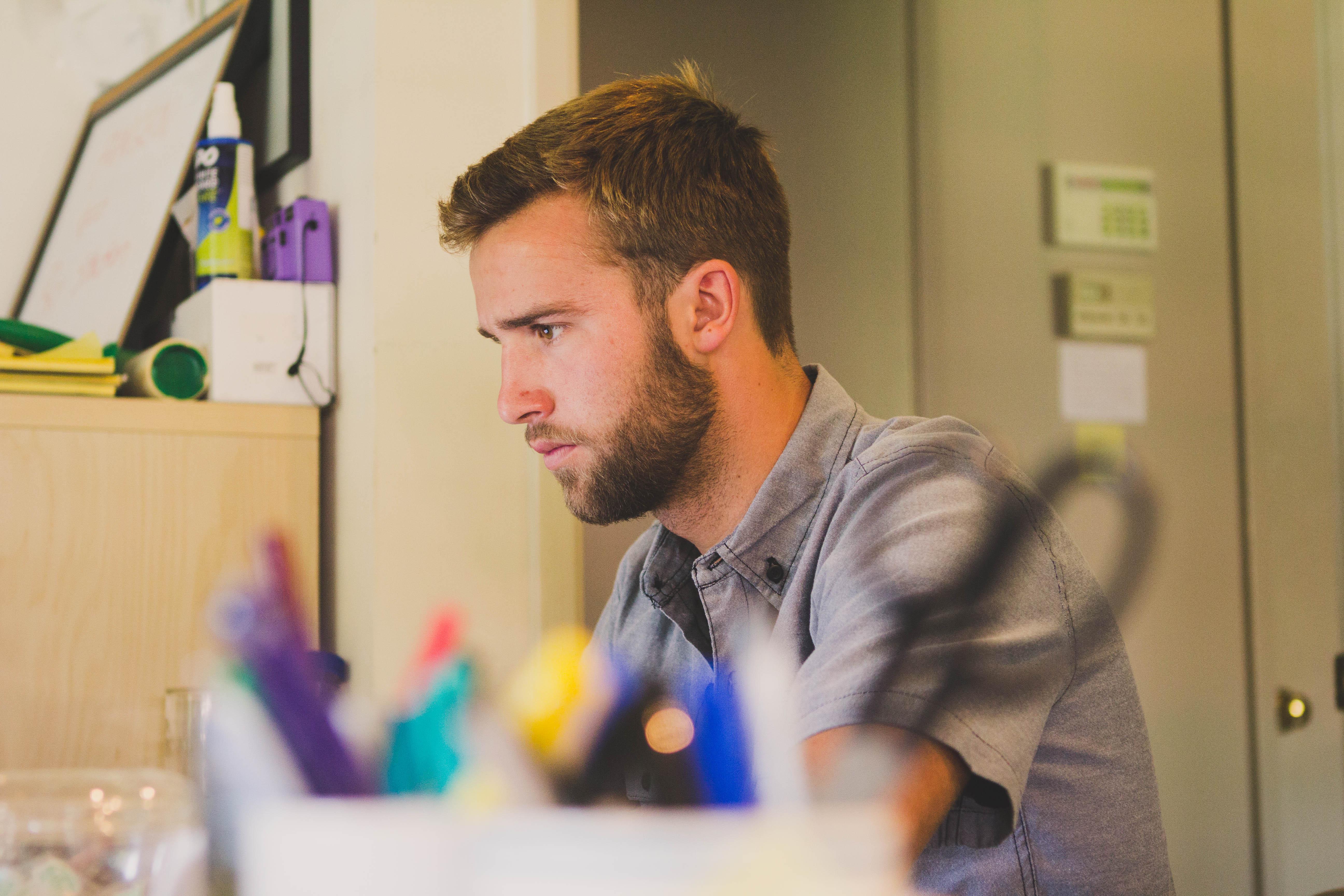 Homem trabalhando sem foco