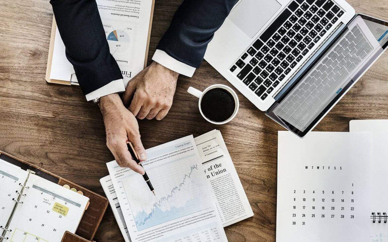 notebook e documentos em uma mesa de escritório