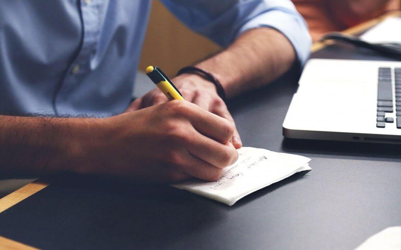 homem fazendo anotações em um papel