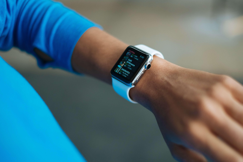 Mulher usando um smartwatch